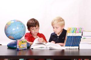 子どもたちが勉強している画像